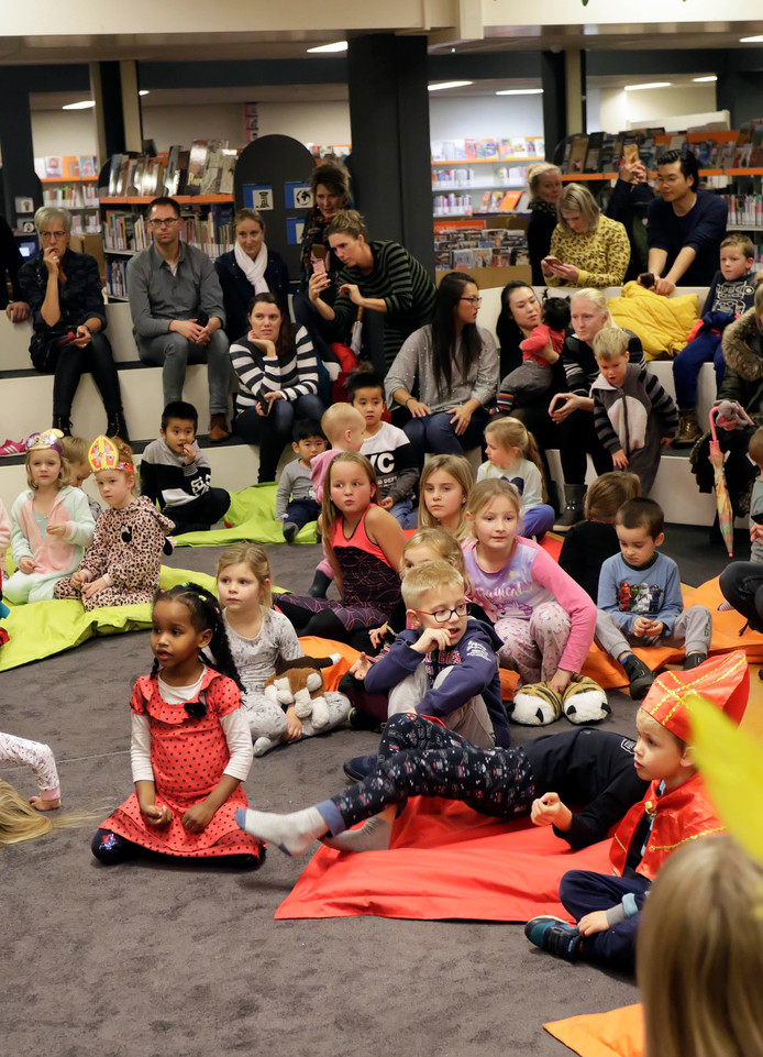 Sinterklaas voorleesfeest in bibliotheek , eerst even wat liedjes zingen smaen met de ouders en vervolgens een mooi verhaal.   foto: Pix4Profs/Gerard van Offeren