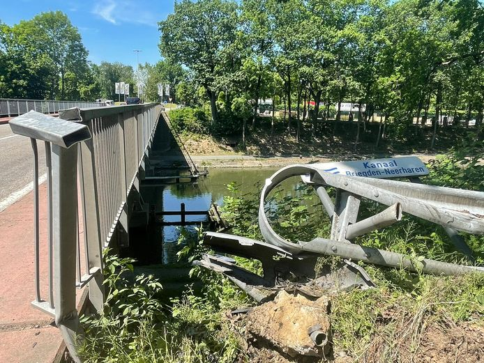 Een wagen is tegen de reling van de brug terechtgekomen.