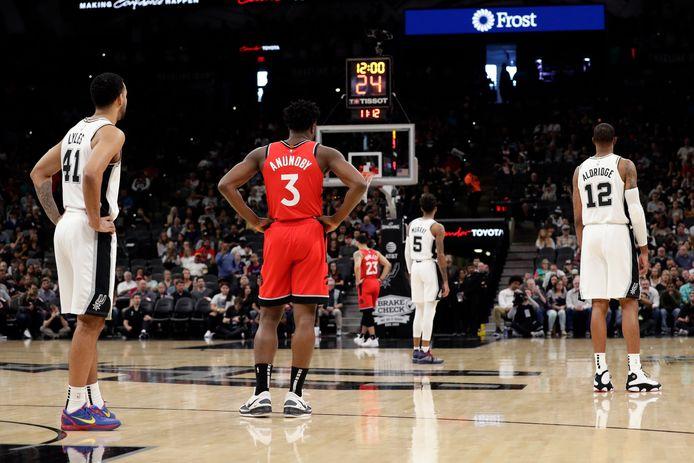 De spelers van de Toronto Raptors en de San Antonio Spurs staken de wedstrijd 24 seconden om Kobe Bryant te eren.