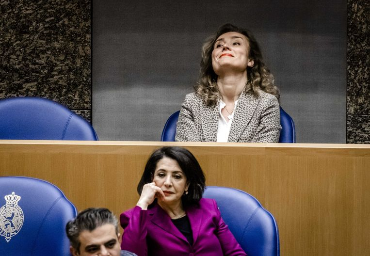 Vera Bergkamp (D66) hoort dat zij is verkozen tot de nieuwe voorzitter van de Tweede Kamer. De leden Khadija Arib (PvdA), Vera Bergkamp (D66) en Martin Bosma (PVV) hadden zich kandidaat gesteld.  Beeld ANP