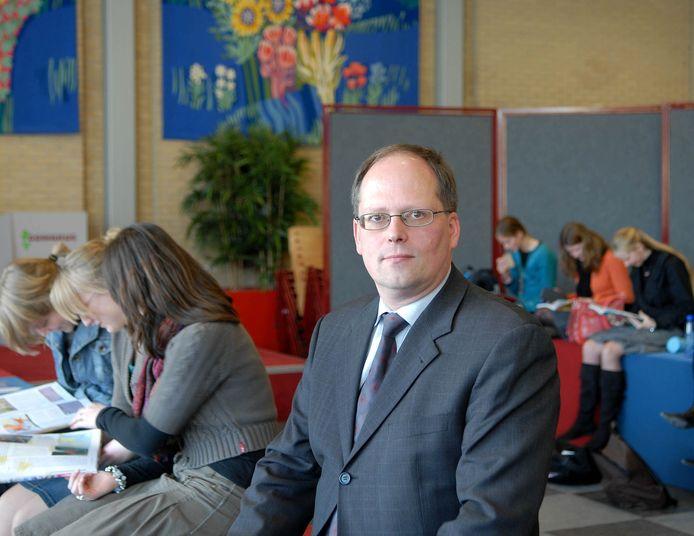 Chris Flikweert, voorzitter College van Bestuur van de Gomarisschool in Gorinchem. Zijn school ligt onder vuur nadat acht oud-leerlingen in de NRC uit de doeken deden hoe de school in hun periode omging met homoseksuele gevoelens van kinderen. ,,Je voelt de pijn'', zegt Flikweert.