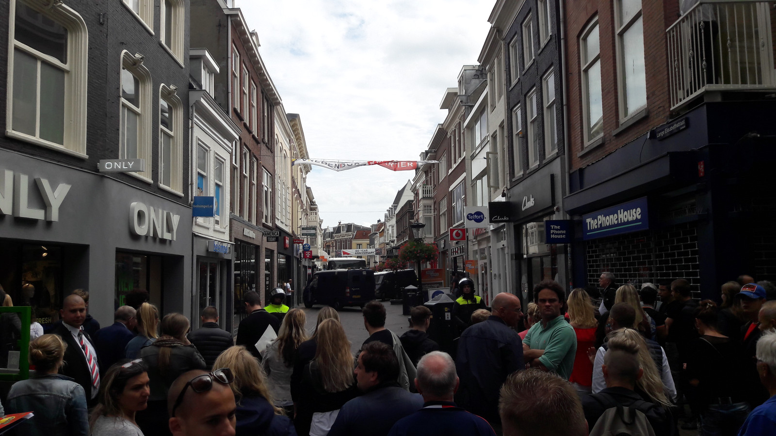 Winkelend publiek wordt tegengehouden op de Lange Elisabethstraat.