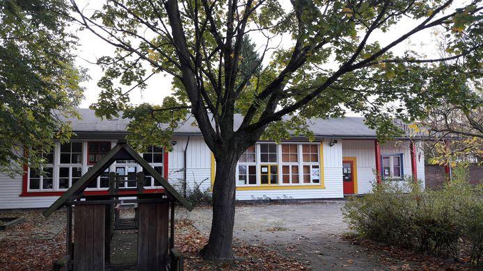De Finse school in de achtertuin van het klooster aan de Poeijersstraat in Eindhoven op een archieffoto. Dit gebouwtje is gesloopt om plaats te maken voor 13 woningen van corporatie Woonbedrijf.