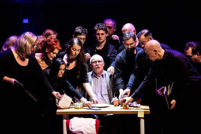 Arjan Ederveen en het Nederlands Kamerkoor in de voorstelling 'Vergeten'
