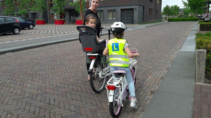 Een paar jaar geleden werden in Goirle al hesjes (in dit geval gele) uitgedeeld aan beginnende fietsers.