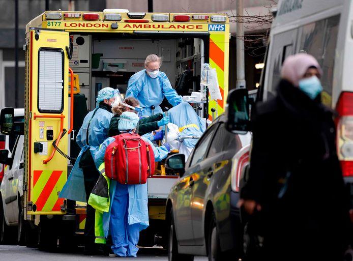 Een coronapatiënt arriveert in het  Royal Free Hospital in London.
