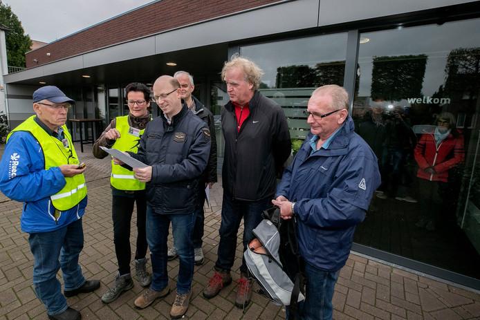 Deelnemers aan de gezondsheidswandeling in Vlierden bestuderen de route.