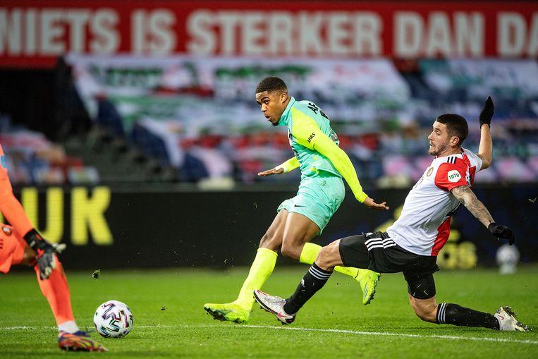 Myron Boadu ontloopt de Feyenoorder Senesi en zet AZ op 3-2. Beeld Guus Dubbelman / de Volkskrant