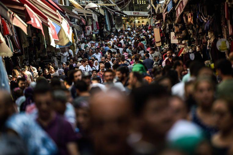 Mensen blijven uitgeven, zoals hier in Mahmutpasa, een populaire winkelstraat in Istanbul.  Beeld AFP