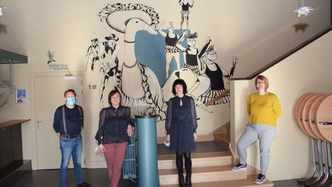 Leerlingen academie brengen muurschilderingen aan in foyer van theaterzaal