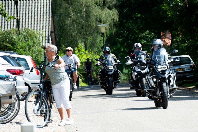 Hoog Soeren, zondagmiddag. Bewoners willen een eind maken aan geluidsoverlast van een deel van de vele motorrijders die toeren door het dorp in de Kroondomeinen.