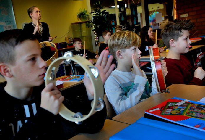 Kinderen krijgen muzieklessen op OBS De Tandem in Oud-Beijerland.