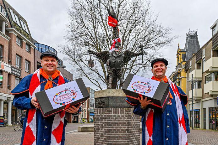 Gerard van Zalinge (l) en Joep van Rijswijk (r) zijn twee van de vier stichtingsleden die deze carnaval met een Gouwe Roos werden onderscheiden. Hier staan ze bij de Tullepetaon met leutpakketten van de SCR, die het carnaval bij Tullepetaonen thuis hielpen opfleuren.