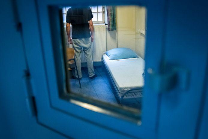 Als gevangen zitten al geen lockdown inhield, dan wel in tijden van corona. Ook tbs-klinieken en bajessen blijven tot 28 april aan corona-maatregelen onderworpen. Dat zet het 'normale gevangenisleven' behoorlijk op z'n kop.