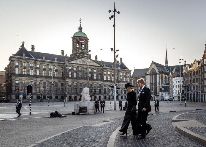 Koning Willem-Alexander en koningin Maxima tijdens de Nationale Dodenherdenking op een lege Dam.