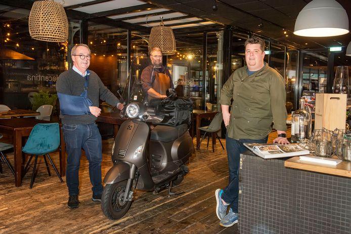 'Boven verwachting', zo schetst Dré de Jong van restaurant Chefz (links) de belangstelling voor het afhaal-kerstmenu.