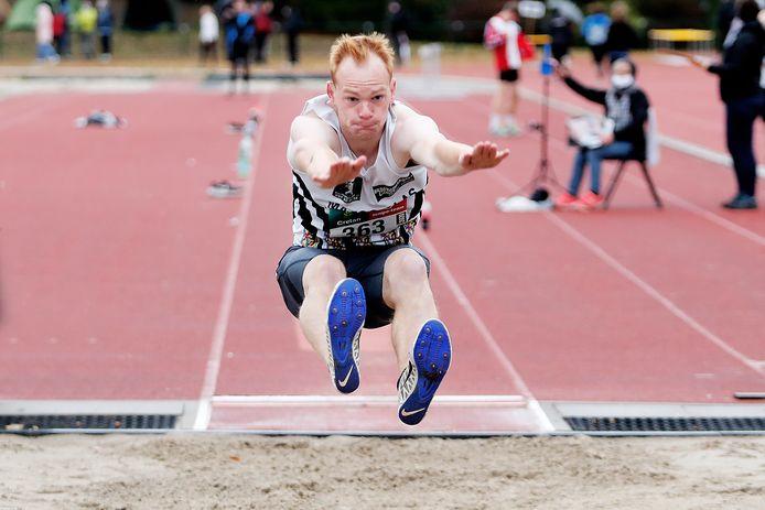 Simon Versavel pakte afgelopen september nog brons op het BK tienkamp, maar nu ruilt de Zonnebekenaar de meerkamp in voor de 400m.