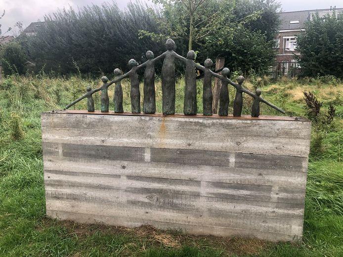 In de tuin vind je ook een uniek standbeeld,  'Verbinding', gemaakt door Bea Willems, terug.