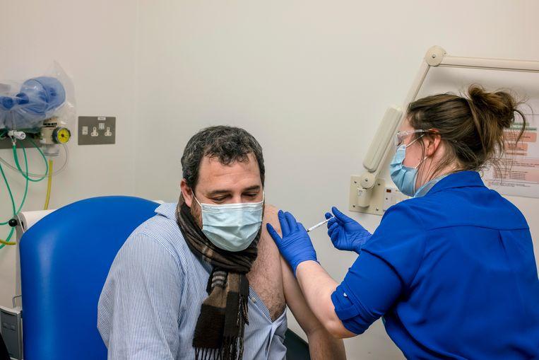 Het vaccin van Oxford en AstraZeneca wordt, in november, toegediend aan een proefpersoon. Beeld Hollandse Hoogte / The New York Times Syndication