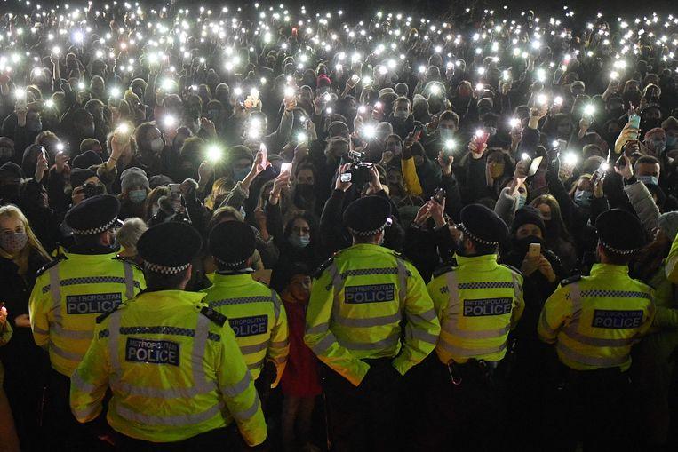 Honderden mensen hielden op 13 maart in Londen een wake voor Sarah Everard. De politie zou die hardhandig afbreken, wat de discussie over de moord op de 33-jarige Britse verbreedde tot een discussie over het recht op demonstreren. Beeld AFP