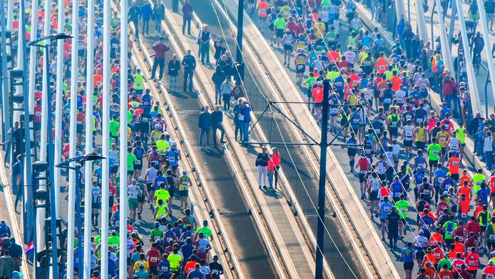 Grote drukte op de Erasmusbrug tijdens de marathon van 2017.