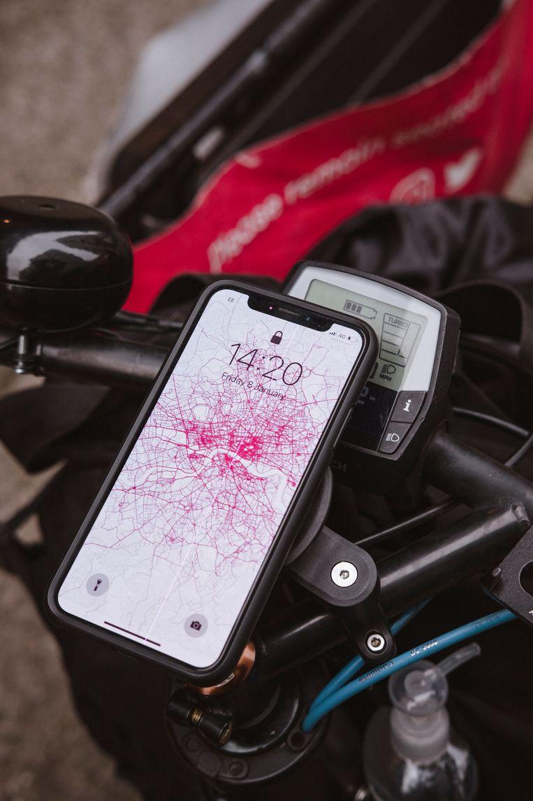De kaart van Londen met de meest afgelegde routes op de telefoon van een van de oprichters van Pedal Me.  Beeld Carlotta Cardana