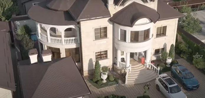 De enorme villa is eigendom van Alexei Safonov, officier van de lokale verkeerspolitie in Stavropol