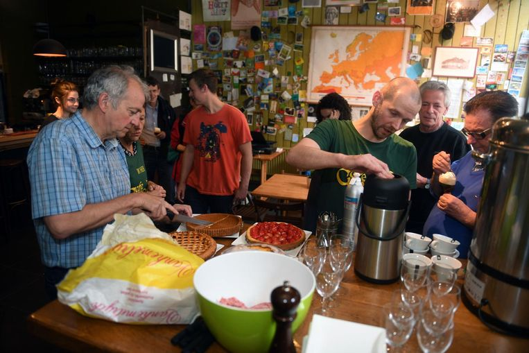 Koffietafel voor het einde van Café Cuvée met baas Pieter Verlinden (tweede van rechts).