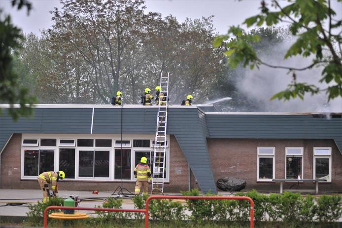 Brandweerlieden hebben het vuur op de Renkumse school bestreden.