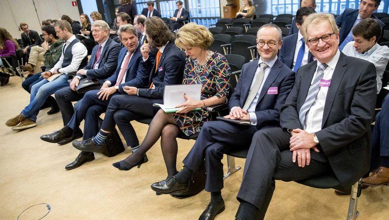 (VRNL) Hans de Boer, VNO-NCW, Sven Dumoulin, AKZO NOBEL, Marjan van Loon, Shell Nederland, Maurice van Tilburg, Euronext, Wouter Paardekooper, AMCHAM en Kees van der Waaij, Unilever voorafgaand aan het rondetafelgesprek in de Tweede Kamer over de dividendbelasting, 14 december. Beeld anp