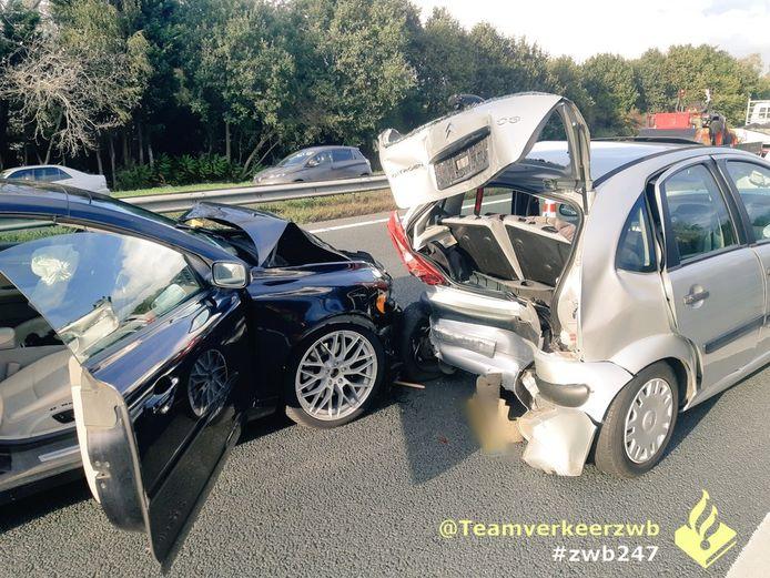Een auto reed achterop langzaam rijdende voertuigen