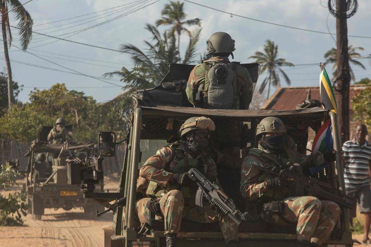 Een militair konvooi van het Mozambikaanse leger rijdt op 5 augustus 2021 over een onverharde weg in het Maringanha-district in Pemba.  Beeld AFP