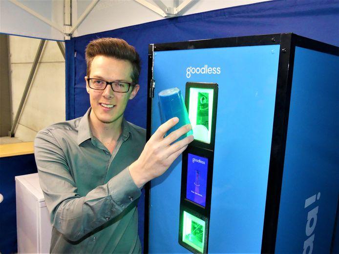 Sander Van Waes toont hoe je een SmartCup-beker in een van de collectors deponeert.