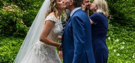 Na twee keer 'nee' eindelijk: 'Ja, ik wil!' Lucas en Marlijn vieren bruiloft op Holterberg mét zoenen en knuffels