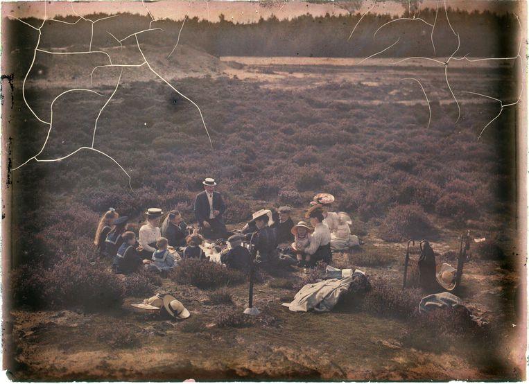 Picknick in de duinen of heideveld, ca. 1920-1935. Beeld Nationaal Archief/Collectie Spaarnestad/Leendert Blok