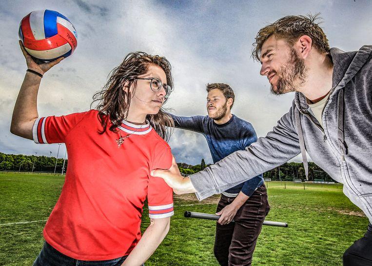 Lore Badts, Laurens Grinwis en achteraan Nicholas Hirst van de Europese federatie Zwerkbal