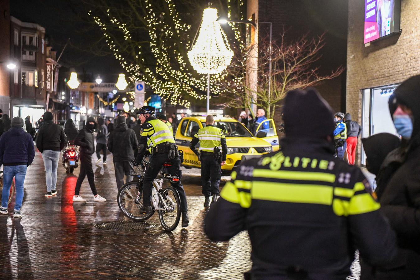 Grimmige sfeer in het centrum van Alphen. Veel jongeren op en rond het Rijnplein tijdens de 'demonstratie' tegen de avondklok.