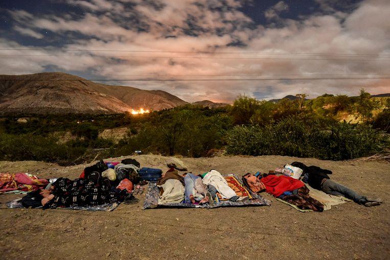 Vluchtelingen slapen naast de Pan-Amerikaanse Weg tussen Túlcan en Ibarra in Ecuador.  Beeld AFP