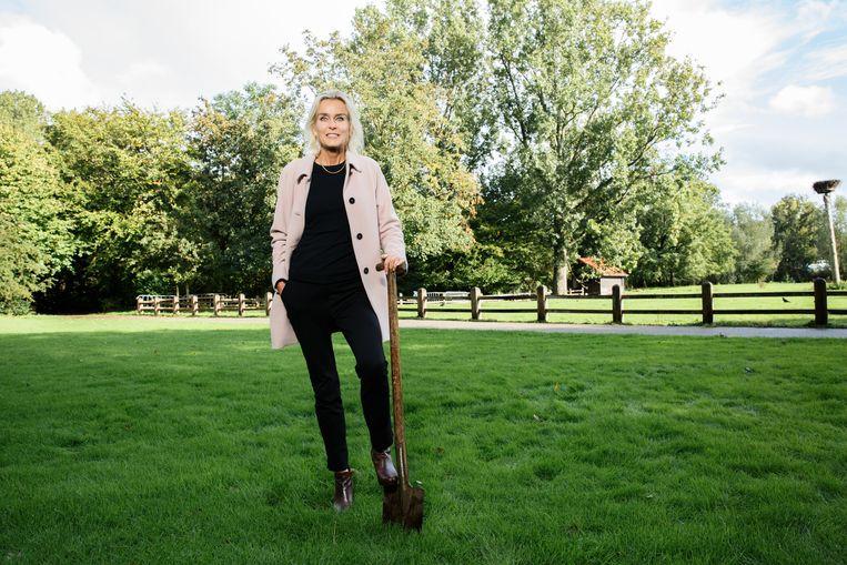 Barbara Baarsma nam deze week een bodemmonster in het Amsterdamse Amstelpark. Beeld Anne van Gelder