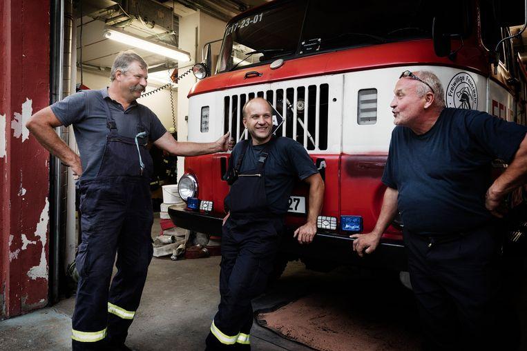 Leden van de vrijwillige brandweer in de plaatselijke kazerne.'De migranten vonden het hier te klein, die zijn naar de stad gegaan.' Beeld Daniel Rosenthal