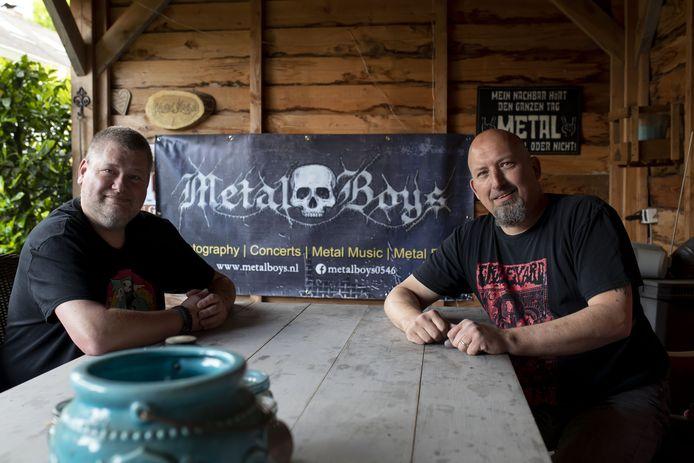 Richard Hulshof (r) en Etiënne van Dijk van MetalBoys, deze groep promoot metalfestivals, bands  en concerten in het oosten van het land en maakt fotoreportages van de concerten.