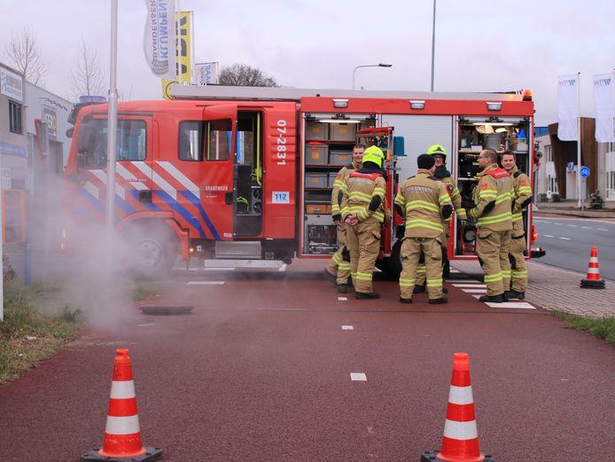 Brandweermannen in actie in Ede. Foto ter illustratie, de brandweermannen op de foto hebben niets te maken met de ingezonden brief.