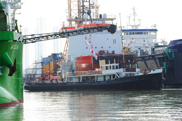 De Koningin Emma wordt 'geparkeerd' tussen twee grote schepen bij de Scheepswerf Reimerswaal.
