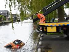 Dat ging helemaal mis in Woerden, geparkeerde auto glijdt water in: 'Mijn hart zonk net zo diep als de auto'