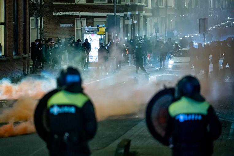 Op de Beijerlandselaan in Rotterdam-Zuid zoekt een groep relschoppers de confrontatie met de politie. Beeld ANP