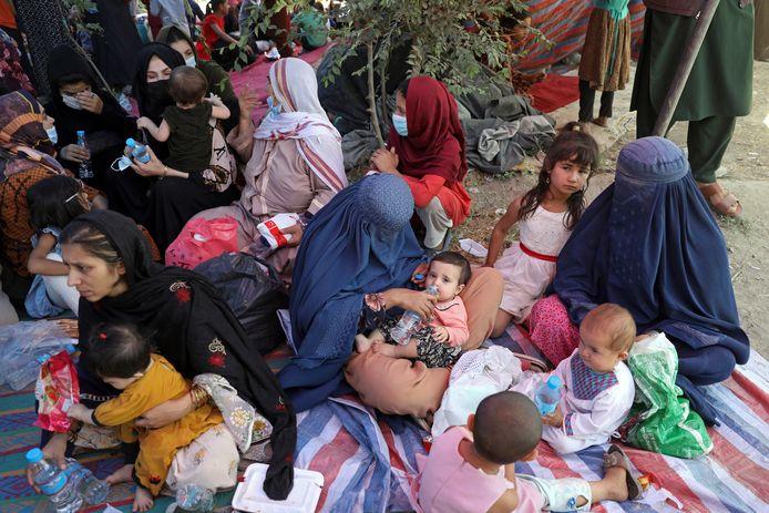 Afghaanse families op de vlucht voor het geweld.