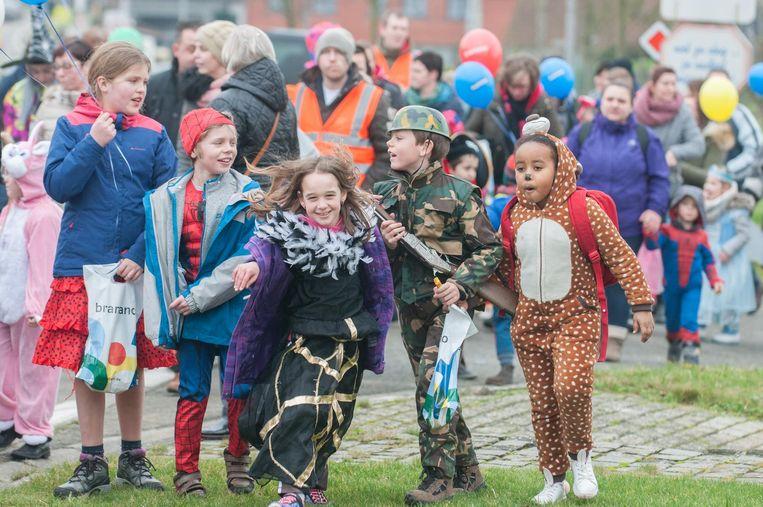 Verkleed als soldaat of Spiderman of een kleurrijke onesie aangetrokken. Deze kinderen lieten het slechte weer niet aan hun hart komen.