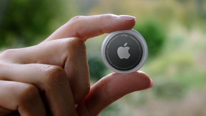 Du côté des accessoires, Apple produit désormais des balises Bluetooth, les Airtags, à fixer sur ses objets essentiels (clefs, sacs à main, etc) pour pouvoir les retrouver facilement via son iPhone.