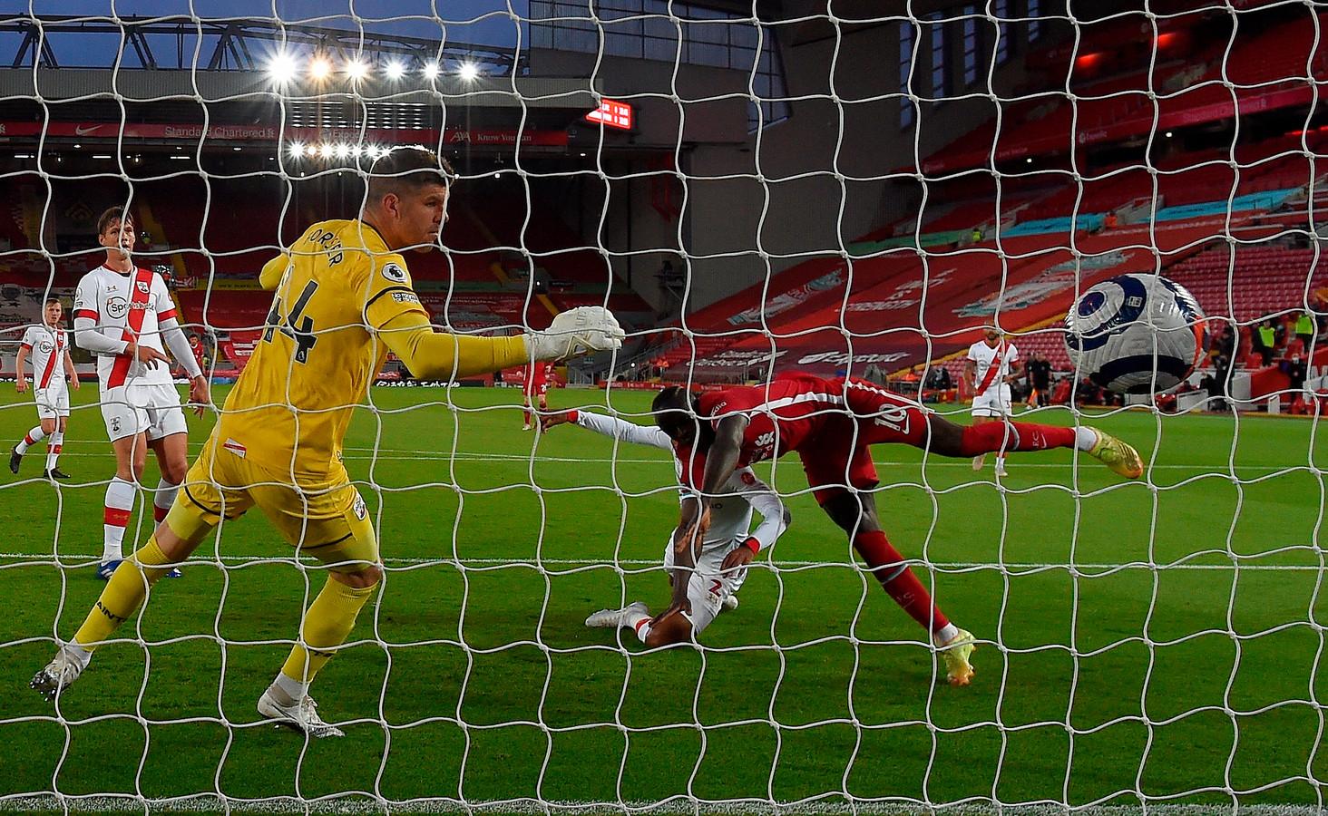Sadio Mané maakt het eerste doelpunt.