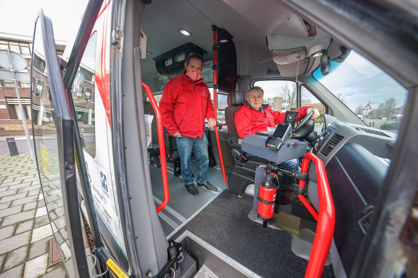 De buurtbussen mogen vanaf 1 maart weer rijden. Tiny Nuiten (links) en Frans Berghout  uit Fijnaart zijn er klaar voor, evenals de bussen. Bij de chauffeur is onder andere plexiglas aangebracht, en aan het plafond hangt een enorme luchtfilter.
